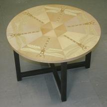 Pyöreä sohvapöytä kuvioviilutetulla kannella