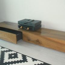 Pähkinäpuinen (tv)-taso vetolaatikoilla