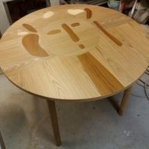 Intarsiapöytä tammesta, tiikistä ja saarnesta valmistettuna. Suunnittelu: Studio Pasi Kärkkäinen