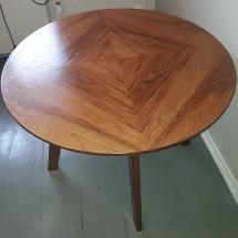 Pyöreä pöytä tiikkiviilupinnalla