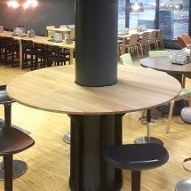 Pyöreä pöytä tammesta pylvään ympärille. Yhteistyössä KirsiS Designin kanssa.